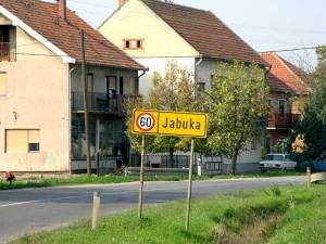 Табла на улазу у Јабуку