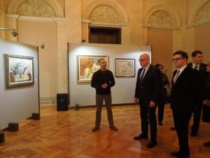 министар, градоначелник и члан Већа у разгледању изложбе