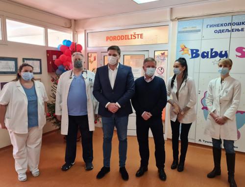 Градоначелник Александар Стевановић даривао златником прву бебу рођену у Панчеву